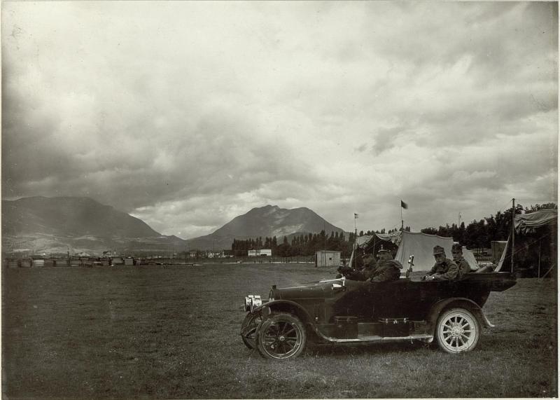 Abfahrt ser Fliegeroffziere vom Flugplatz. Standort: Flugplatz Villach. Aufgen. 4.September 1915.