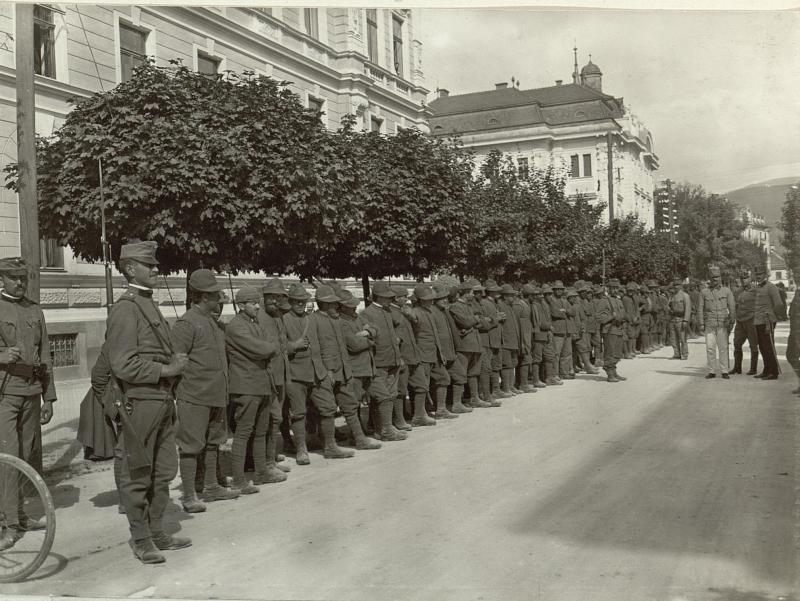 Gefangene Italiener vor dem Armee Gruppenkommando. Aufgenommen, am 16.September 1915.