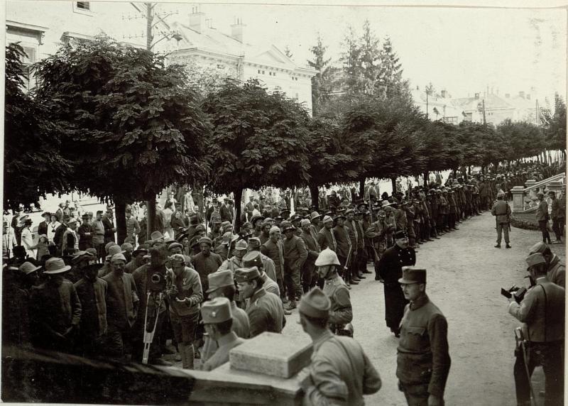 Die im Gefechte am 17. und 18. September 1915 bei der Stellung am Ravelnik gefangen genommen 2 Kompagnien des 6. Bersagliere Regimentes.