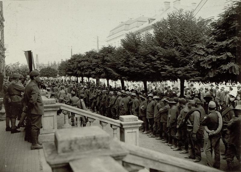 Die im Gefechte am 17. und 18. September 1915 bei der Stellung am Ravelnik gefangen genommen 2 Kompagnien des 6. Bersagliere Regimentes. Insgesammt 323 Mann und 2 Offiziere. Aufgenommen, am 21. September 1915.