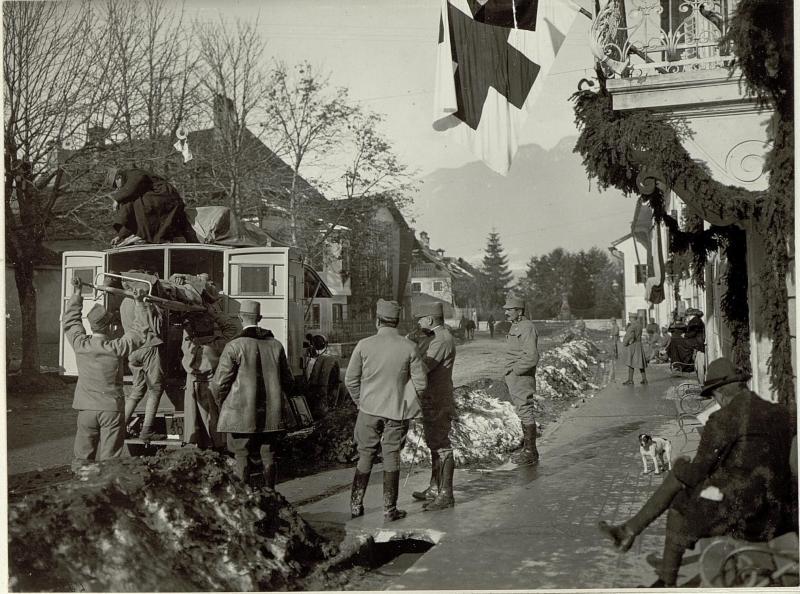 Abtransport schwer verwundeter Soldaten im Sanitätsauto vom mobilen k.u.k. Reservespital Nummer 2/7 in Mauthen