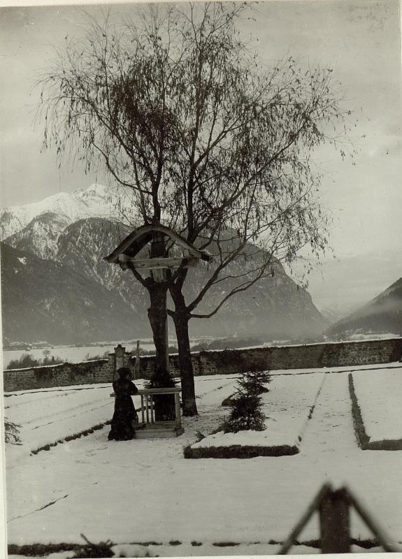 Am Soldatenfriedhof in Oberdrauburg. Im Hintergrund der Hochstadl, rechts das Tierler-Tor