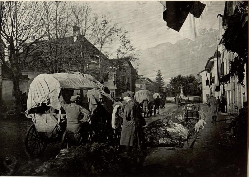 Abtransport Verwundeter in zweiräderigen landesüblichen Fuhrwerken vom Reserve Spital 2/7 in Mauthen.