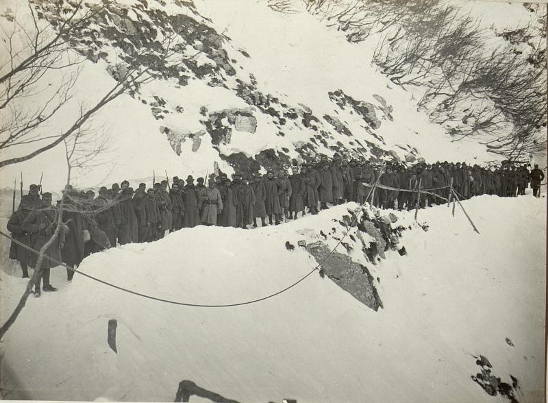Die italienischen Gefangenen von der Cukla. (81 Mann) Standpunkt: Kote 1313 Rombon.