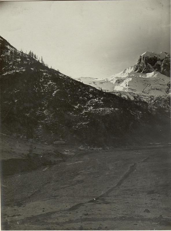 Alte Brennerhütte im Frontale mit ihrem  Felszirkus. Links Bataillonskommando in der neuen Brennerhütte X/7, Hptm. Kührer. Standpunkt: Von Westen nach Süden.