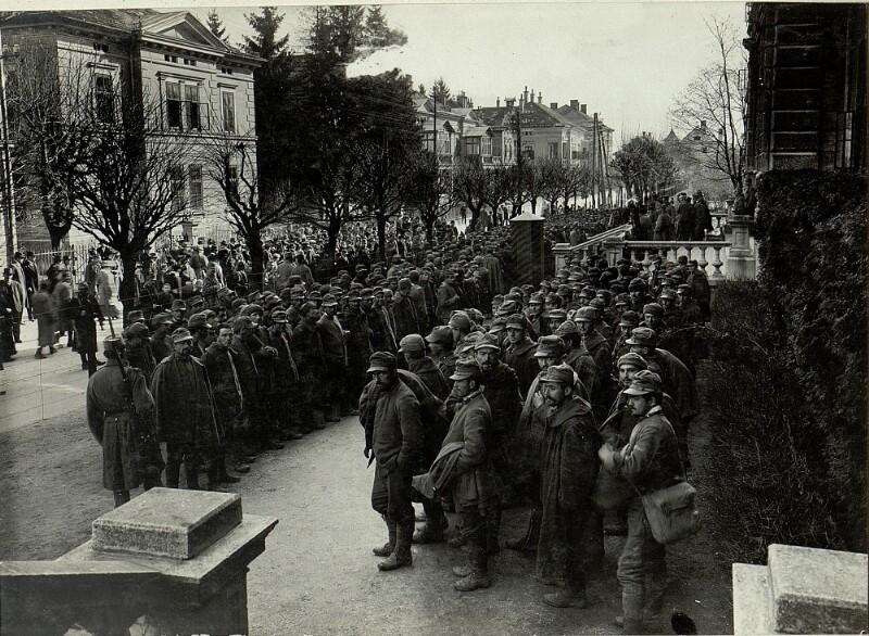 497 Mann, 16 Offiziere in Villach, die bei Santa Lucia am 17.III.1916 gefangen genommen wurden