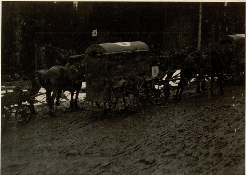 Birnbaum Etappenstraße im Lesachtal mit Sanitätswagen.