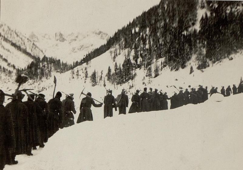 Zur Brennerhütte, Blick nach Süden Kote 1320. Russische Kriegsgefangene, Arbeiter marschieren zum Schneeschaufeln.
