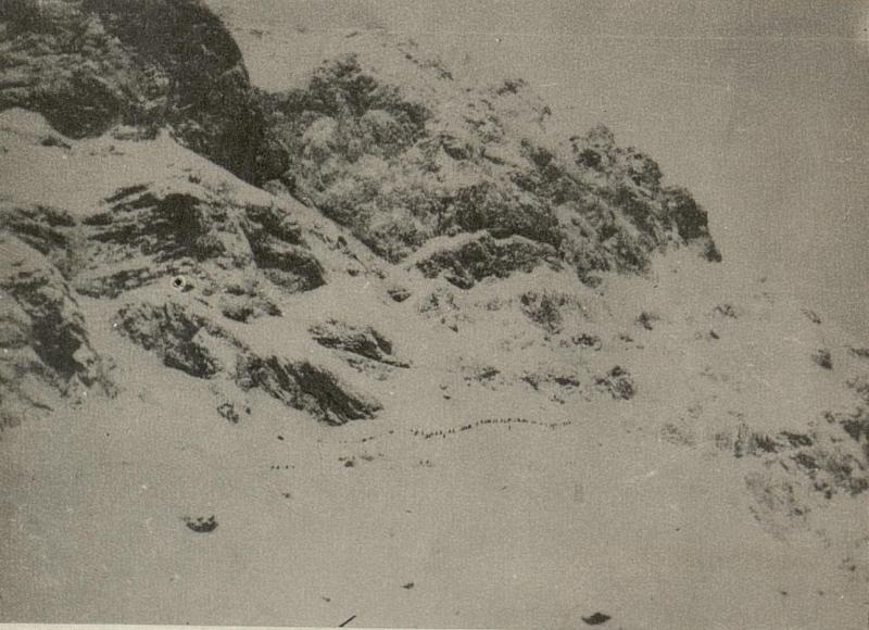 Aufstieg zur Oregonestellung. Blick nach Südwesten mit Schnee schaufelnden Russen.
