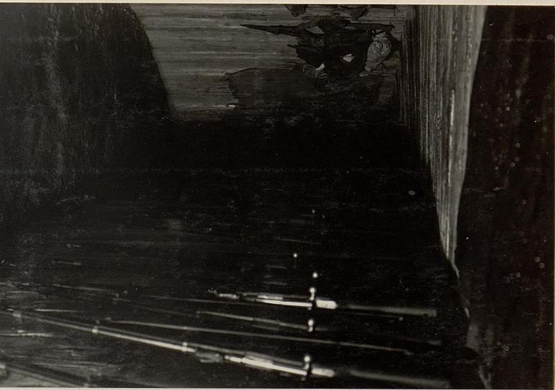 Basconstellung, Kaverneneingang mit Gewehren und Rüstung.