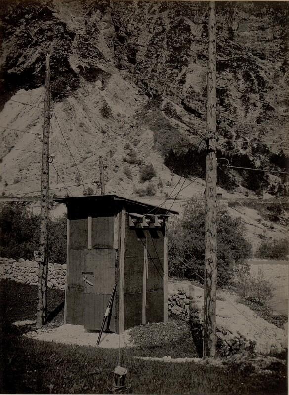Abzweigstation von der Fernleitung Elektrizitäts Werk Unterbreth - Klause zur Antriebsstation der Seilbahn S.10 in der MOSENCA. Aufgenommen am 19. Mai 1916.