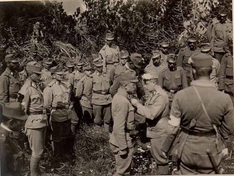 Dekorierung des Herrn Lt. HUSCHKA vom k.k. L.I.R.Nro.4. Aufgenommen am 25. Juni 1916.