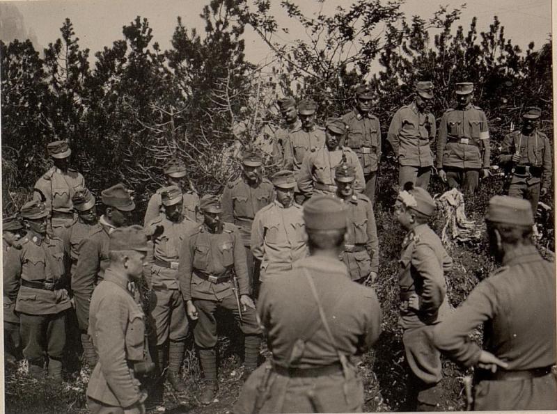 Dekorierung des Herrn Lt. HUSCHKA vom k.k. L.I.R.Nro.4.10. Feldkomp. auf der klenen NABOISSCHARTE. Aufgenommen am 25. Juni 1916.