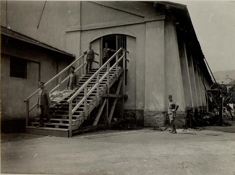 Adaptierung der gedeckten Reitschule in Seebach zur Unterkunft für 3000 Mann. Stiegenaufgang in das Obergeschoss. Aufgenommen am 21. Juli 1916.