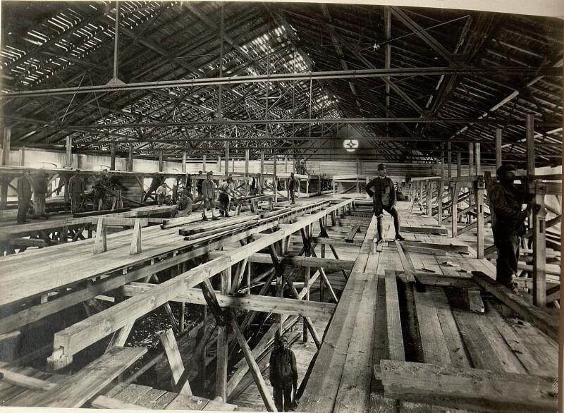 Adaptierung der gedeckten Reitschule in Seebach zur Unterkunft für 3000 Mann. Herstellung der Zimmerarbeiten im Innern der Reitschule. Aufgenommen am 21. Juli 1916.