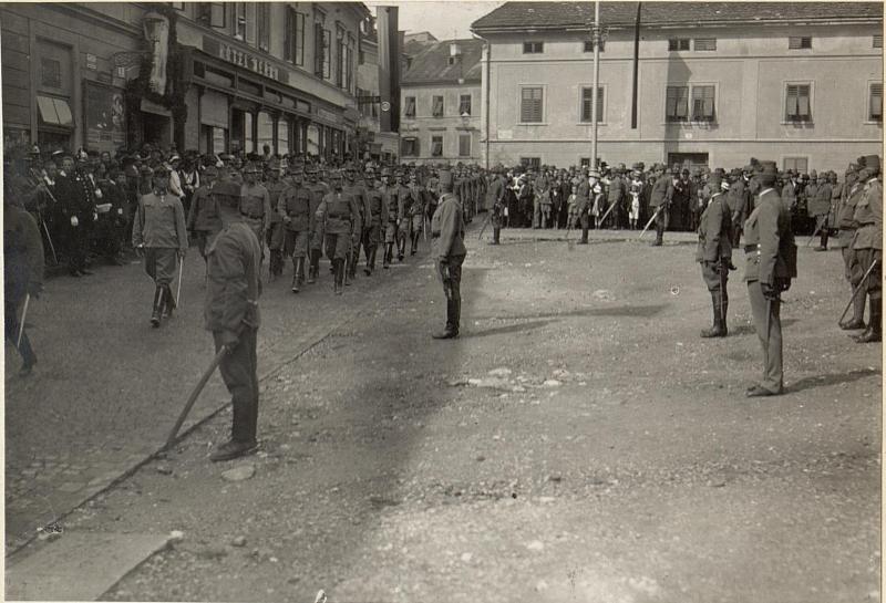 Defilierung der Stabskompagnie vor Sr.Exzellenz des Armee-Kommandanten. Aufgenommen am 18. August 1916.