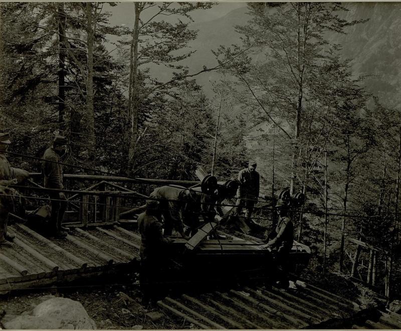 Ankunft eines Drahtseilbahnförderwagens auf Golubar Planina.