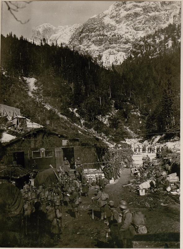 Abmarsch der Jäger 30 (Reserve) zum Angriff ins Seebachtal auf Neveasattel.