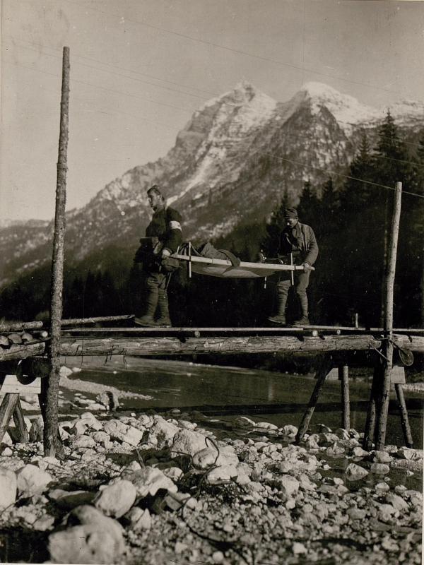 Abtransport der Verwundeten im Seebachtal.(J.R.7.)