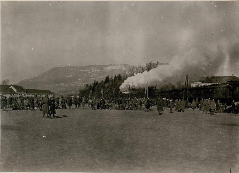 Gefangene Italiener auf der Sammelstation Seebach bei Villach.