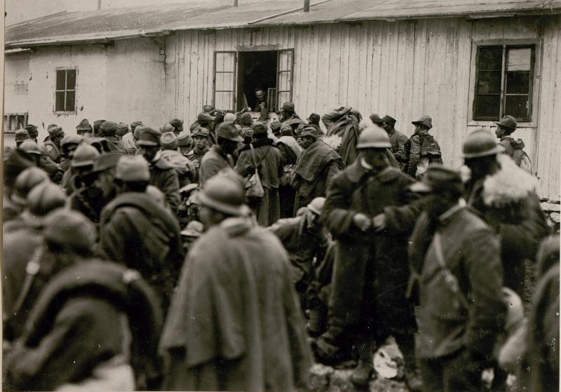 Gefangene Italiener an der Geldwechselstelle in Soca.