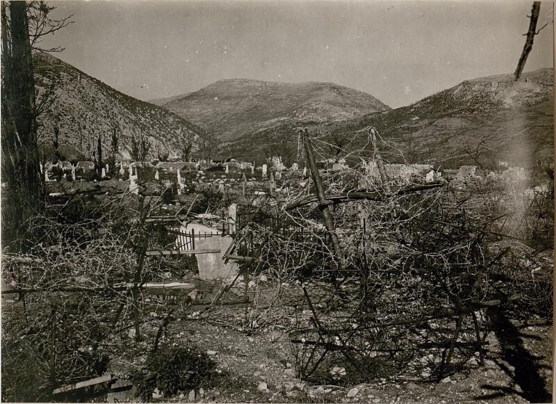 Am  Friedhof in Görz, im Hintergrund der Monte San Gabriele.