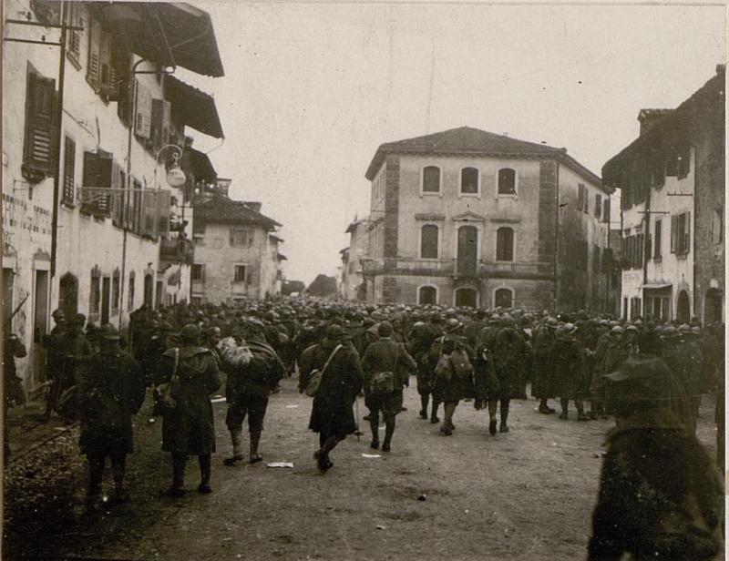 Abmarsch gefangener Italiener in Tolmezzo.