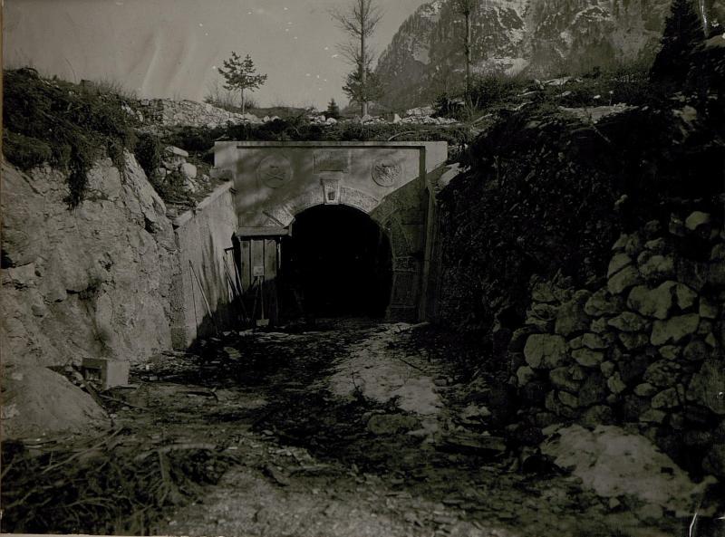 Eingang zu den italienischen  Geschützkavemen bei Mincigos.