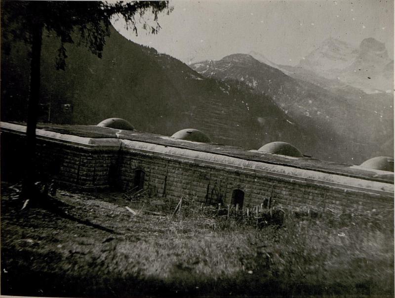 """Panzerwerk """"Venas"""" Porte-Tal armiert mit 4 Stück 149mm G.Kanonen und 4 Stück 7.5mm Feldkanonen."""