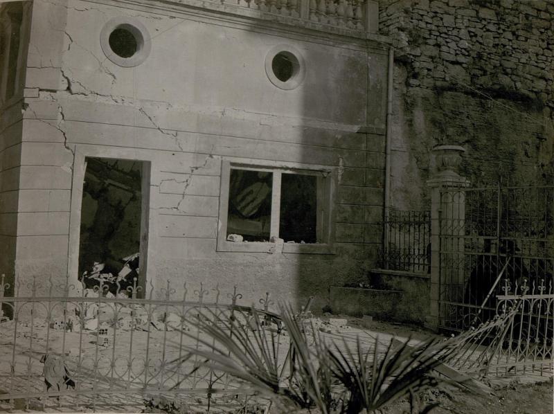 Bombeneinschlag durch feindlichen Fliegerangriff auf Trient am 28.2. 1918. um 3h früh. (Via Cervalla.)
