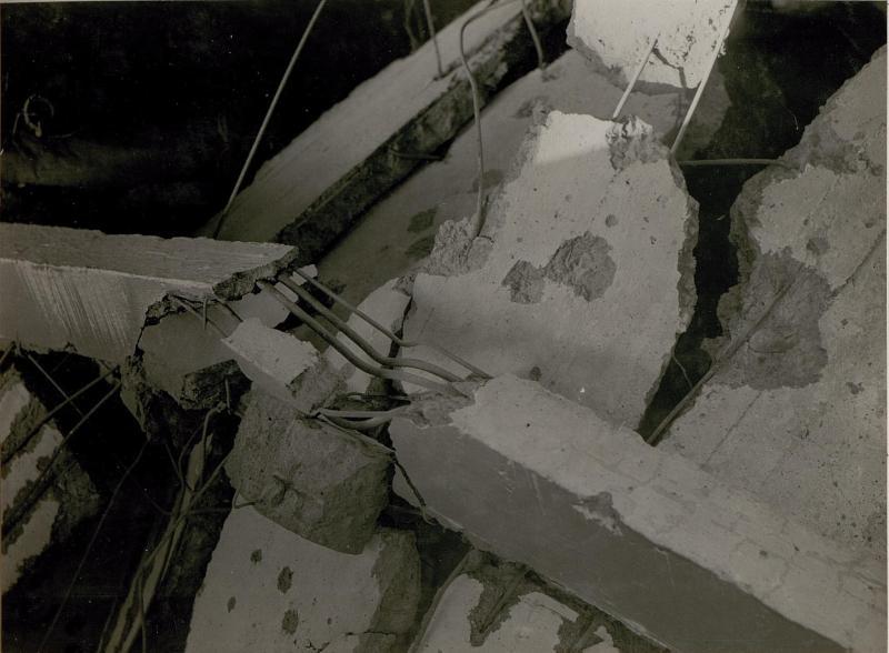 Bombeneinschlag durch feindlichen Fliegerangriff auf Trient am 28.2. 1918. um 3h früh. (Via Cervalla.) Durchschlagene Decke.