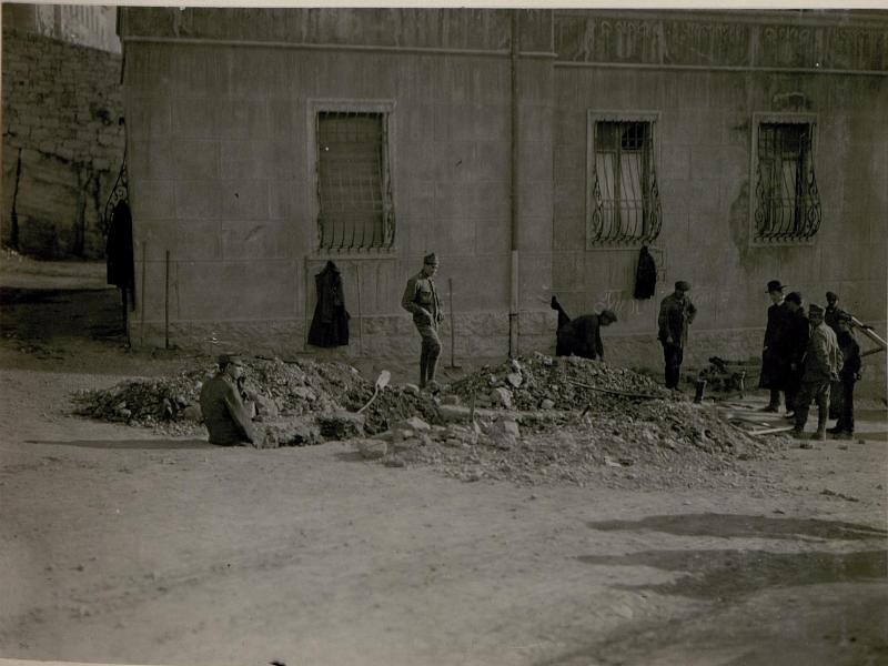 Bomben Einschlag duch feindlichen Fliegerangriff auf Trient am 28.2. 1918 um.3h früh. (Via della Cervalla.)