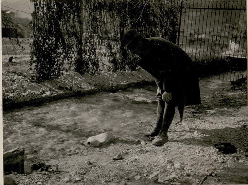 Die bei Calliano am 24.2. 1918 abgeworfene, nicht  explodierteitalienische Fliegerbombe,  Abschlussschraube entfernt, in fließendes Wasser gelegt.