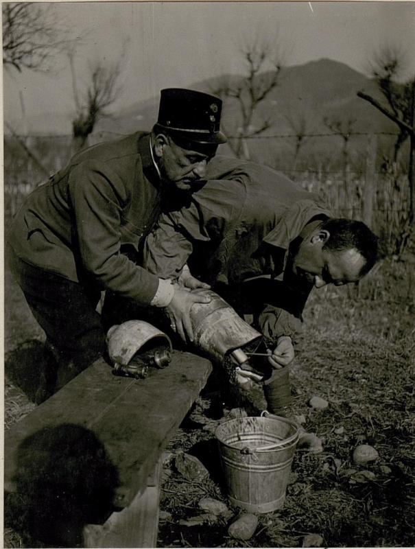 Die bei Calliano am 24.2. 1918 abgeworfene, nicht  explodierteitalienische Fliegerbombe,  Abschlussschraube entfernt.Sprengladung entnommen