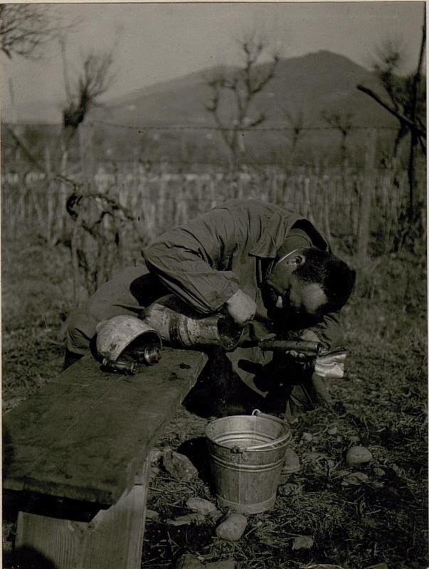 Die bei Calliano am 24.2. 1918 abgeworfene, nicht  explodierteitalienische Fliegerbombe,  Abschlussschraube entfernt. Sprengladungshülse entfernt