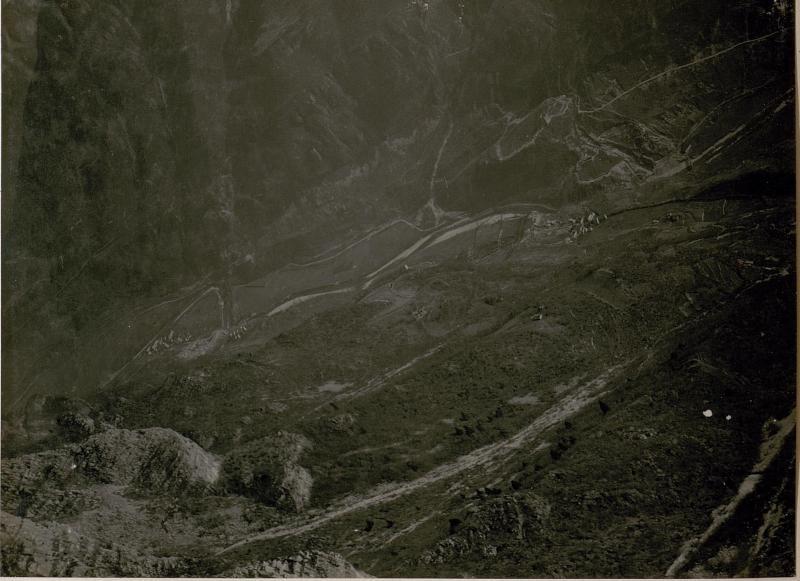 Blick von ¤ 1151 Cimone Ost auf die italienische Feldwachenstellung am Osthange des Cimone (Asticotal)