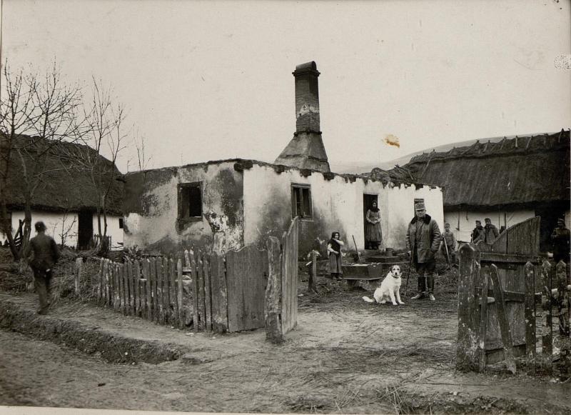 Abgebranntes Haus in Narajow