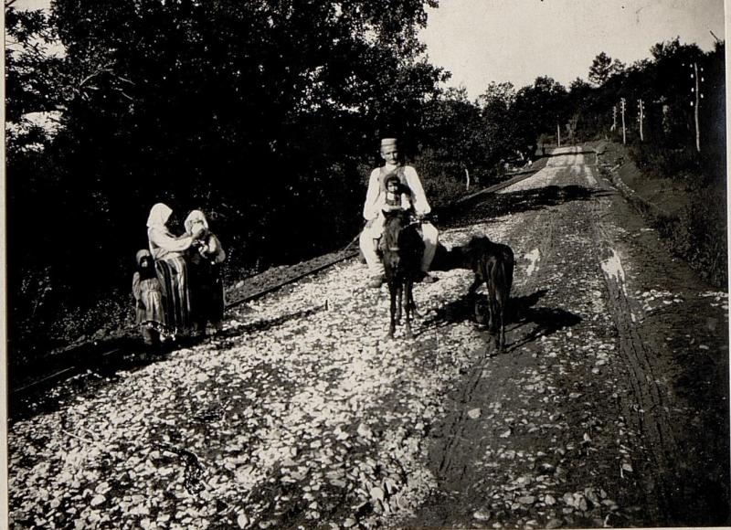 Die neue Straße Alessio-Vorra.bei Mamuras, Chegenfamilie auf der Reise.