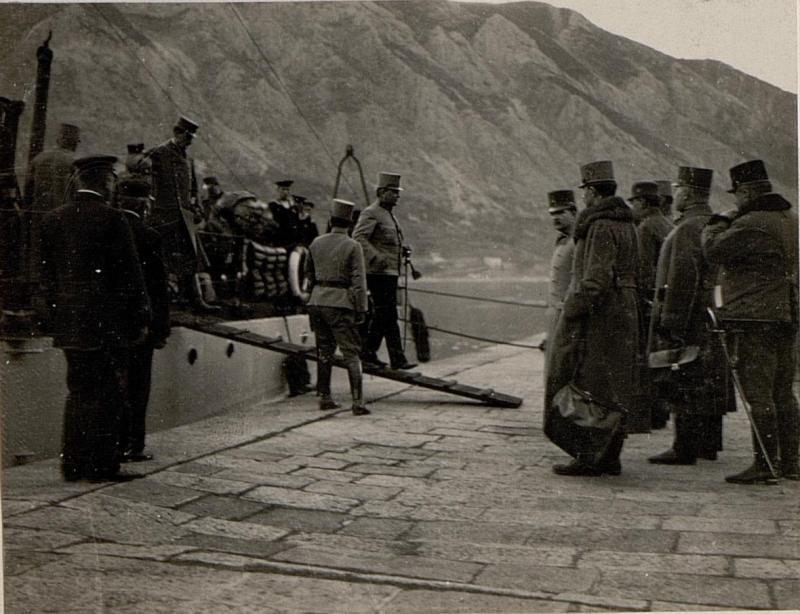 Ankunft in Cattaro, Geeneral der Infanterie Kövess von Kövessháza verlässt das Schiff.