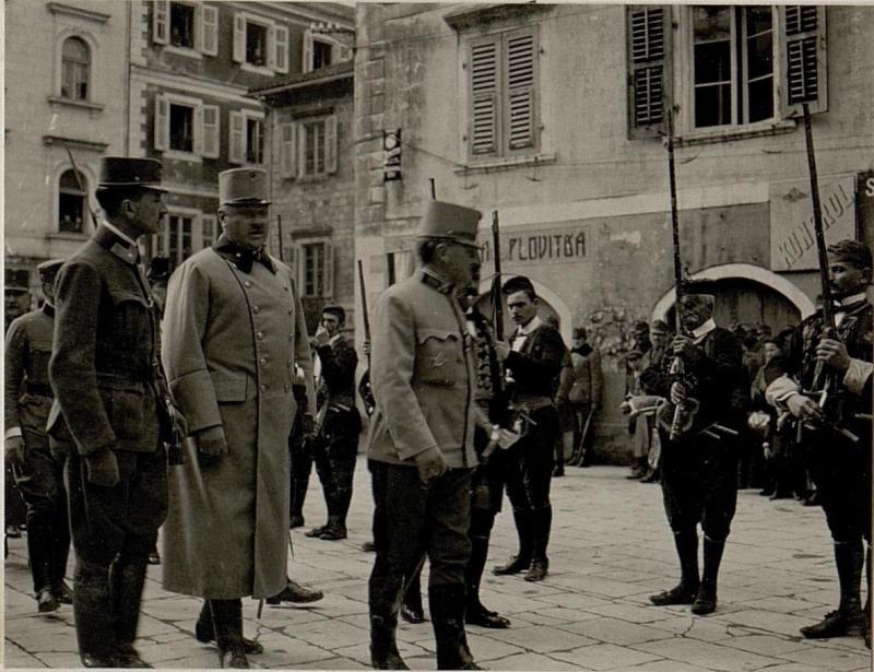 Abnehmen der Parade vor dem k.u.k. Kriegshafenkommando in Cattaro<br/>Der Verein &quot;Mornarica&quot; in Cattaro  veranstaltete zu Ehren des Armeekommandanten K&#246;vess von K&#246;vesshaza eine Festparade in ihrer Nationaltracht und f&#252;hrte nach der Defilierung einen Nationaltanz vor.