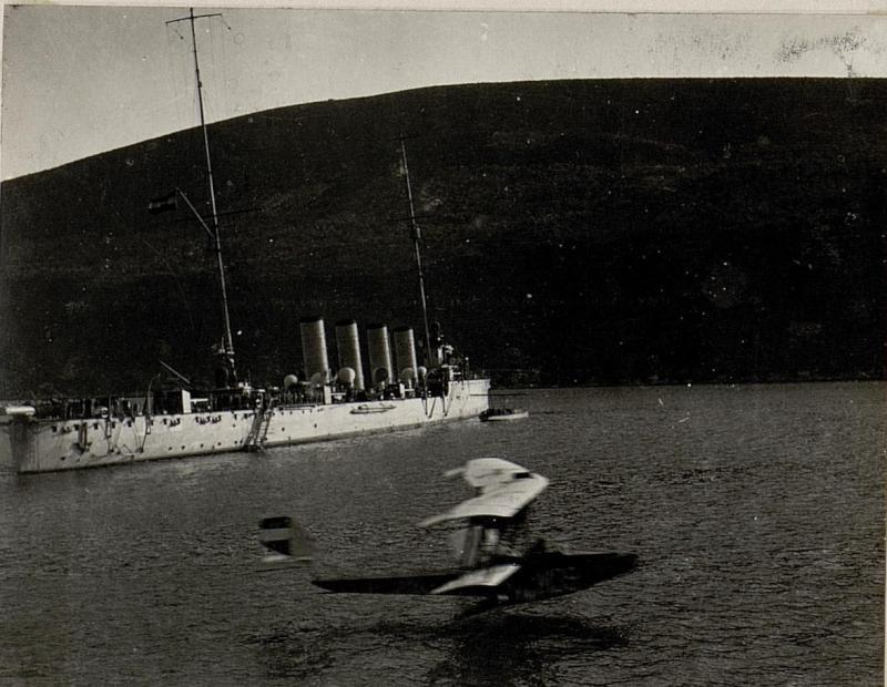 """Der Hydroplan """"M. 39"""" im Fluge. Aufgenommen in den Gewässern vor Bavsic."""