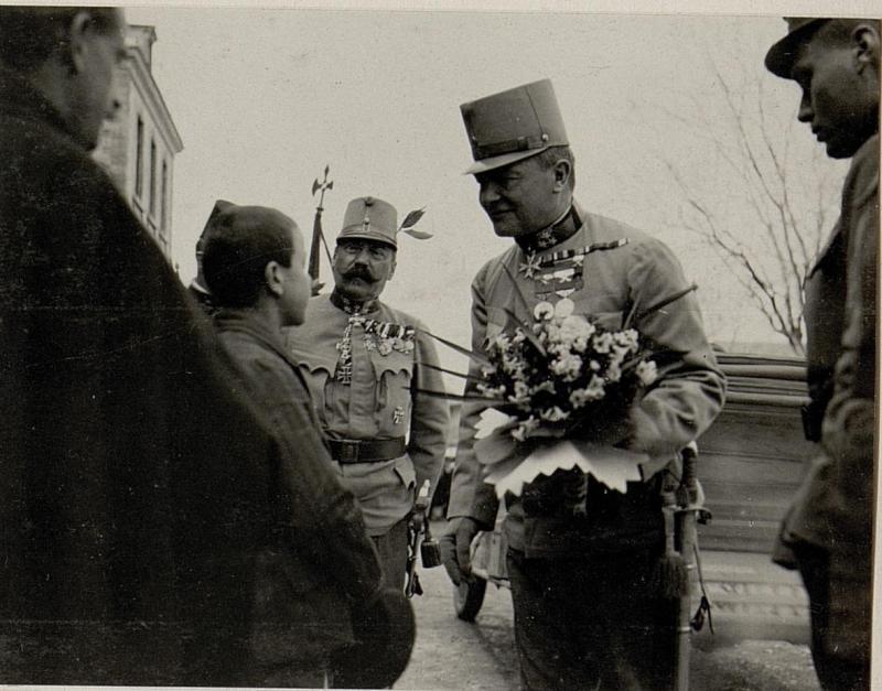 Albanischer Junge überreicht einer Blumenstrauß und deklamiert in Skutari