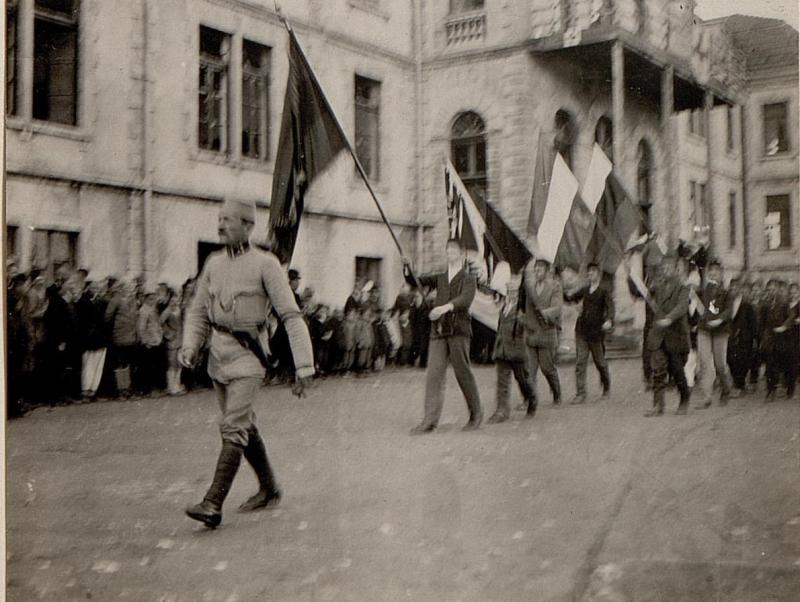 Albanische Jugend rückt in Skutari  mit Fahnen aus.