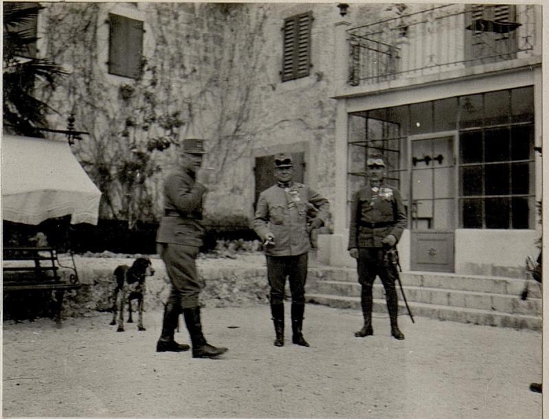 Auf der Terasse in König Nikitas Sommerwohnsitz in Rijeka. Generaloberst von Kövess im Gespräch mit Oberst Wallensdorfer.