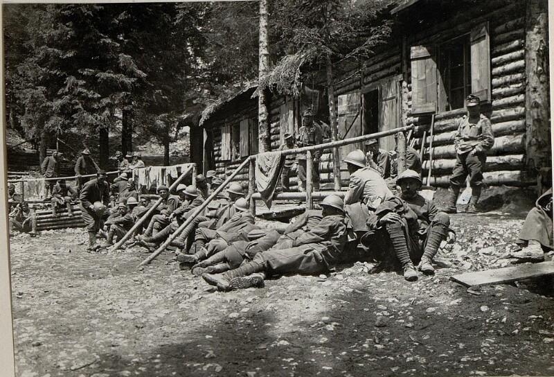 Gefangene Italiner am Monte Rover. Aufgenommen am 5.VI.1916.