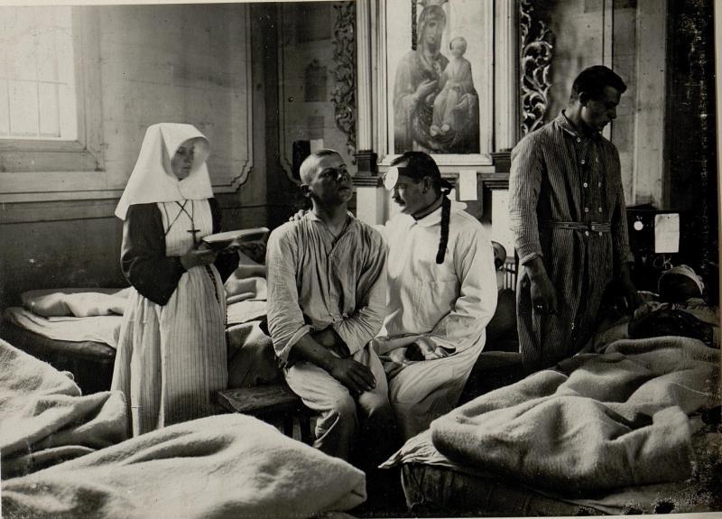 Chirurgische Gruppe eines Feldspitals. Aufgenommen in Ostrozec, am 28.XI. 1915.