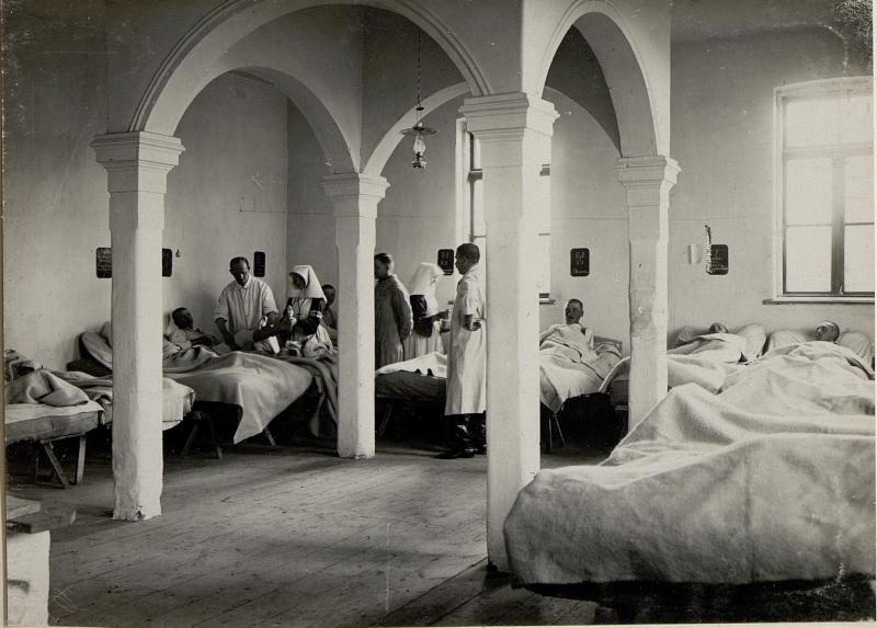 Aerztliche Visite in einem Feldspital. Ostrozec. Aufgenommen am 28. November 1915.