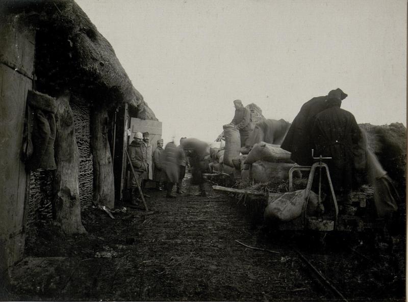Abladen von Proviant am Feldbahnhof Ostrozec, 28.I.1916