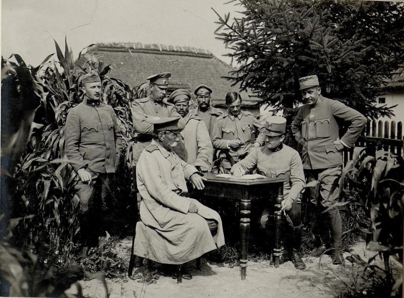 Einvernahme gefangener russischer Offiziere der bei Pleskowce aufgeriebenen 26. Brigade in Zborow beim 9.Korpskommando. Im Vordergrund sind zwei russische Oberstleutnants, Druschinakommandeure, aufgenommen am 7. August 1916