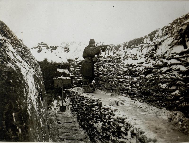 Alarmposten im Schützengraben der 14.Kompanie des bosnisch-herzegowinischen Infanterieregimentes 1, 9.1.1917